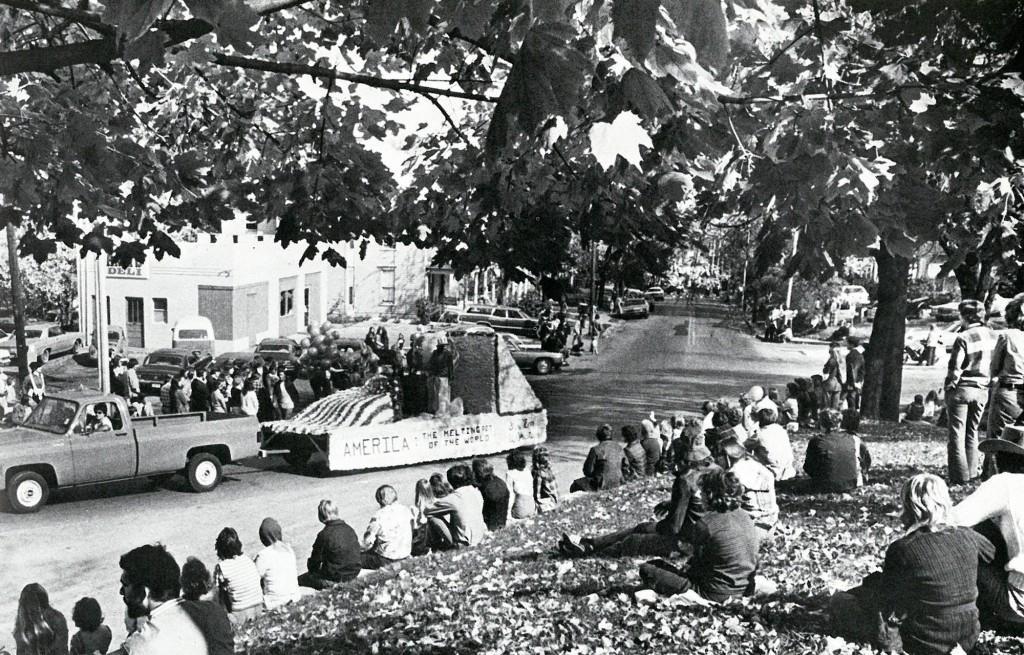 1975-homecoming-parade